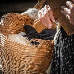 cestino in vimini con lana per filatura