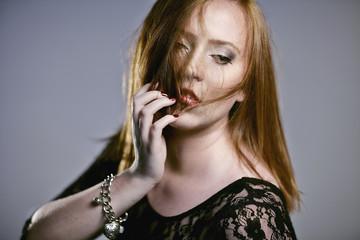 Frau mit roten zerzausten Haaren