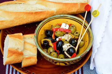 Een schaaltje olijven met stokbrood.