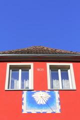 Haus mit Sonnenuhr
