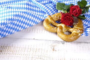 Brezel mit roten Rosen und bayrischem Rautenstoff