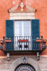 Finestre e balcone facciata palazzo signorile