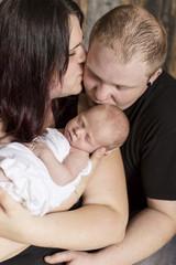 Newborn Eltern mit ihrem Neugeborenen