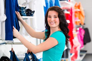 Frau kauft Kleidung im Laden