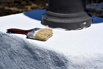 pintando un muro blanco