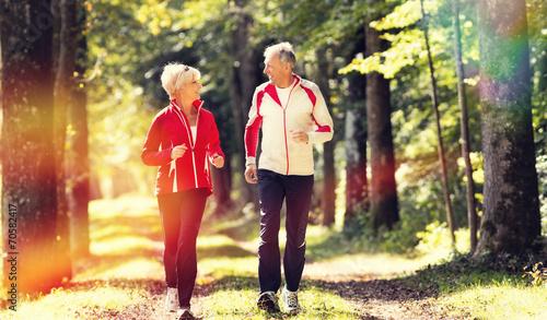 Senioren beim Jogging im Wald - 70582417