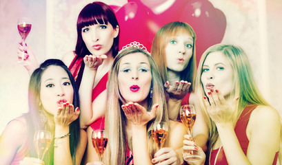 Mädchen in Club bei Party oder Junggesellinnenabschied