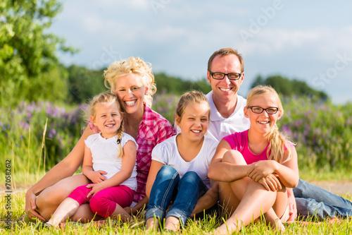 canvas print picture Familie spaziert vor Haus und Eigenheim