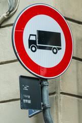 Segnale di divieto di accesso camion, carri, simbolo