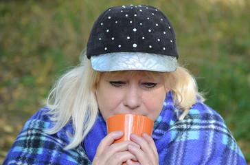 Женщина пьёт чай.