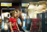 matku a dítě při pohledu staré amfory v muzeu