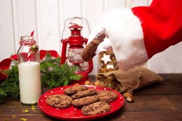 Santa Claus nimmt Milch und Kekse