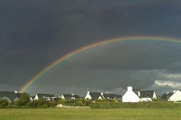 Regenbogen in bretonischer Landschaft