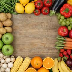 Obst, Früchte und Gemüse bilden Rahmen auf Holzbrett mit Textf