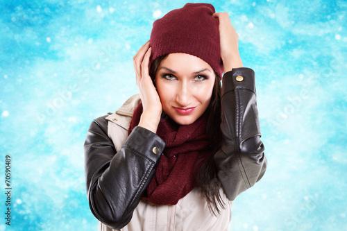canvas print picture junge Frau mit Wintermütze und Schnee
