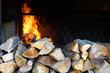 Un feu de cheminée avec des rondins de bois