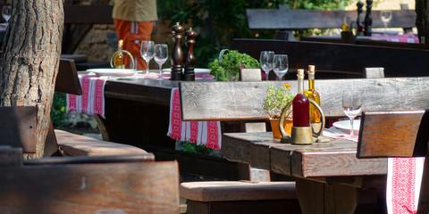 Table préparée d'une terrasse de restaurant
