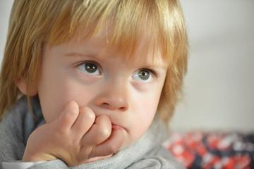 Ritratto di bambino concentrato