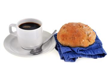 tasse de café et petit pain brioché