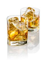 Zwei Tumbler mit Whisky