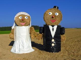 Hochzeitspaar aus Heuballen