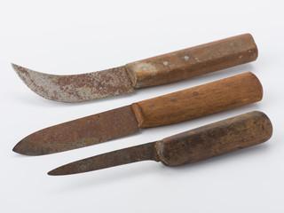 Alte rostige Messer mit Schatten