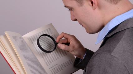 kleine schrift lesen mit einer lupe