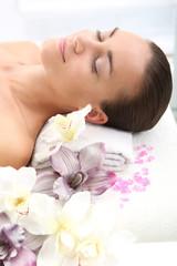 Kobieta w kwiatach , relaks w spa