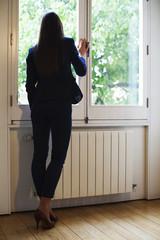 ejecutiva mirando por la ventana