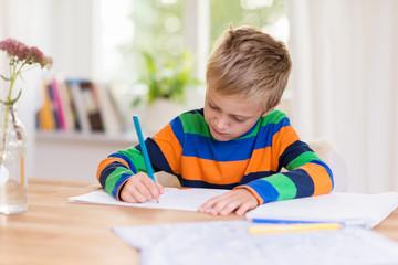 konzentrierter junge macht seine hausaufgaben