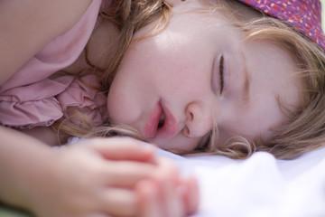 Kleines mädchen schläft