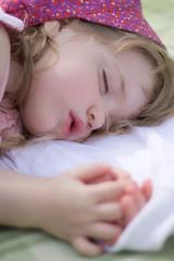 Kind schläft draußen