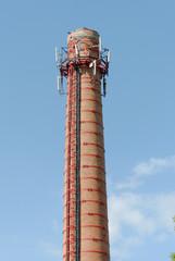 Кирпичная труба с антеннами сотовой связи в верхней части