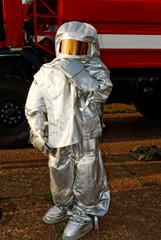 Человек в пожарном костюме повышенной защиты