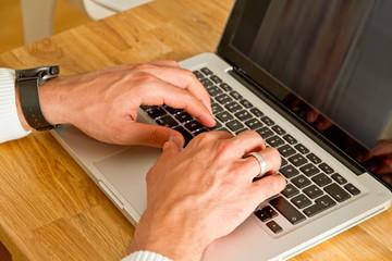 Mann on a laptop