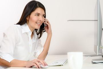 Geschäftsfrau telefoniert in ihrem Büro