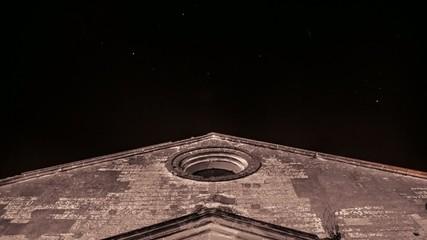 Nubes y estrellas sobre San Dionisio