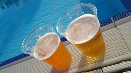 Bier Becher an Swimmingpool