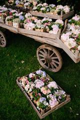 Pacchetti floreali in cassetta di legno su carro