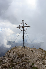 Gipfelkreuz Leilachspitze in den Wolken