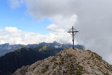 Gipfelkreuz Leilachspitze mit Bergpanorama