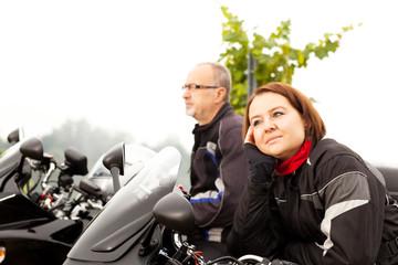 Zwei Motorradfahrer machen Pause