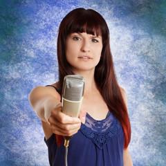 junge Frau mit Retro Mikrofone