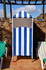 caseta de madera y tumbonas para el relax