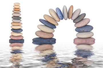 Steine im Wasser gespiegelt