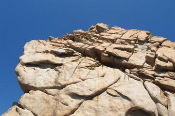 Gros rocher sur ciel bleu