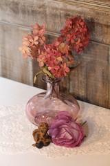 herbstliches Stilleben mit getrockneten Hortensien & Rosen