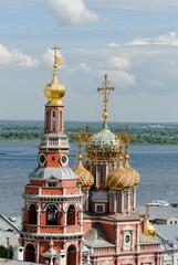Строгановская церковь на набережной Волги в Нижнем Новгороде