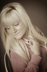 blonde Frau träumt
