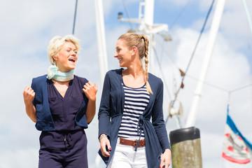 Freundinnen am Jachthafen